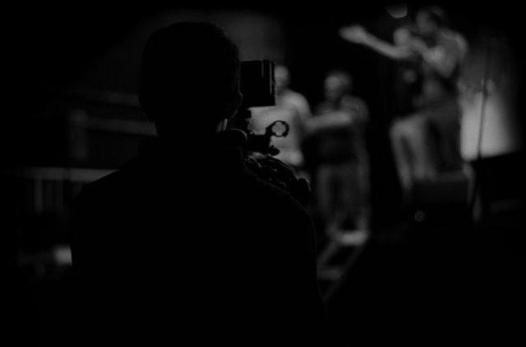 Оператор с видеокамерой снимает человека на сцене | MARMELADOV production _ многокамерная съ