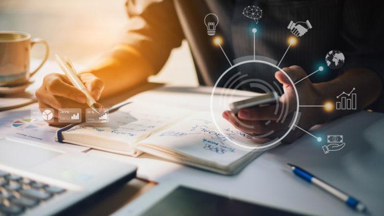 empresario-analizando-informe-financiero