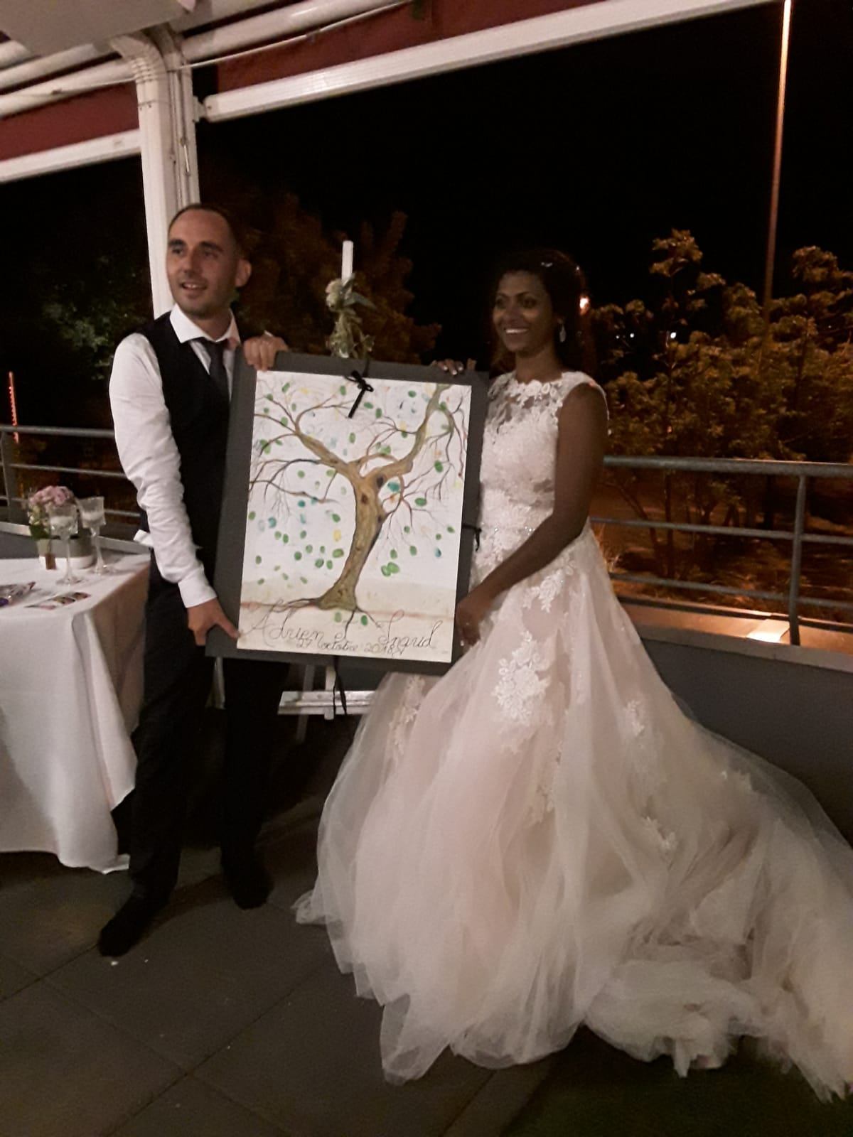 Les mariés avec leurs cadeau