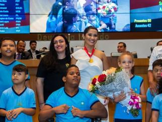 Alunos da APAE de São Luís participam de homenagem a Thaynara OG na Assembleia Legislativa