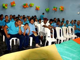 Médica doa ovos de Páscoa a alunos da Escola Eney Santana