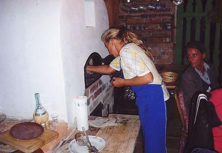 Frisch aus dem Holzofen kommt Brot, Pizza, Braten. Zu geniessen auchim Gastgarten oder in der Mostschänke.