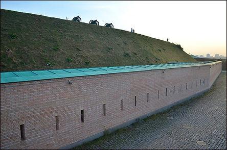 Окрема ескарпова оборонна стіна
