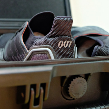 KIKS開箱 / 所以 James Bond 專屬的特務鞋盒,放了哪些東西呢?