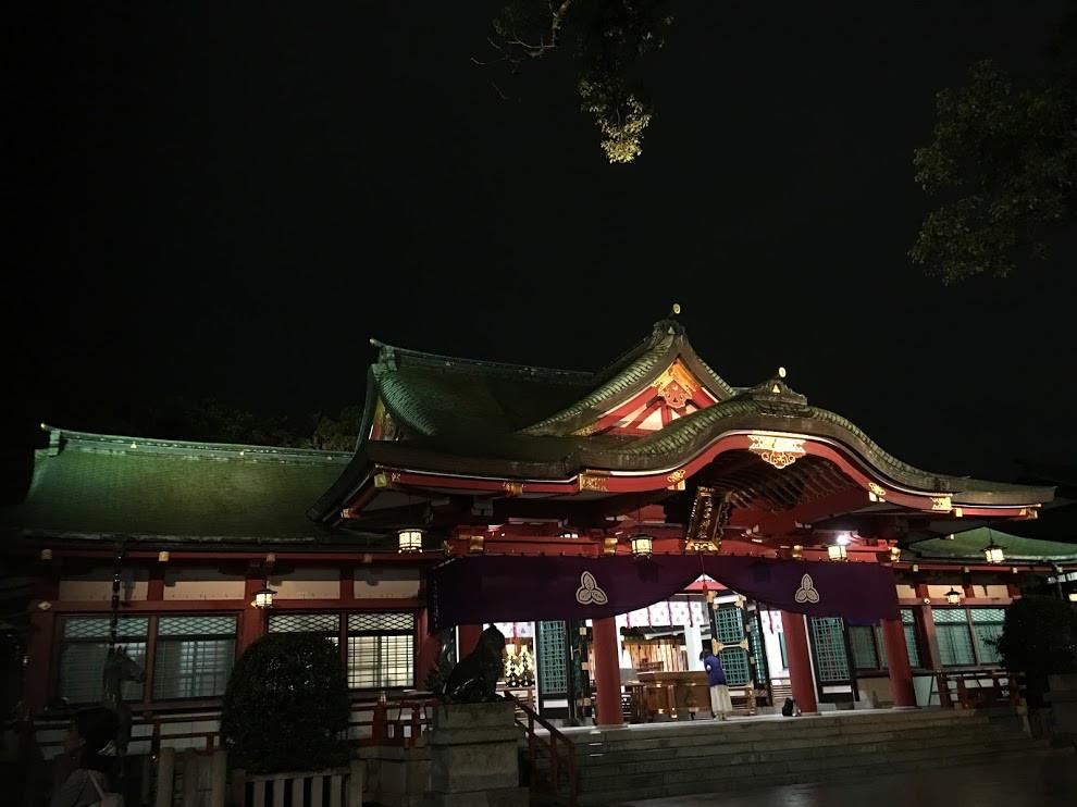 ライトアップされる西宮神社