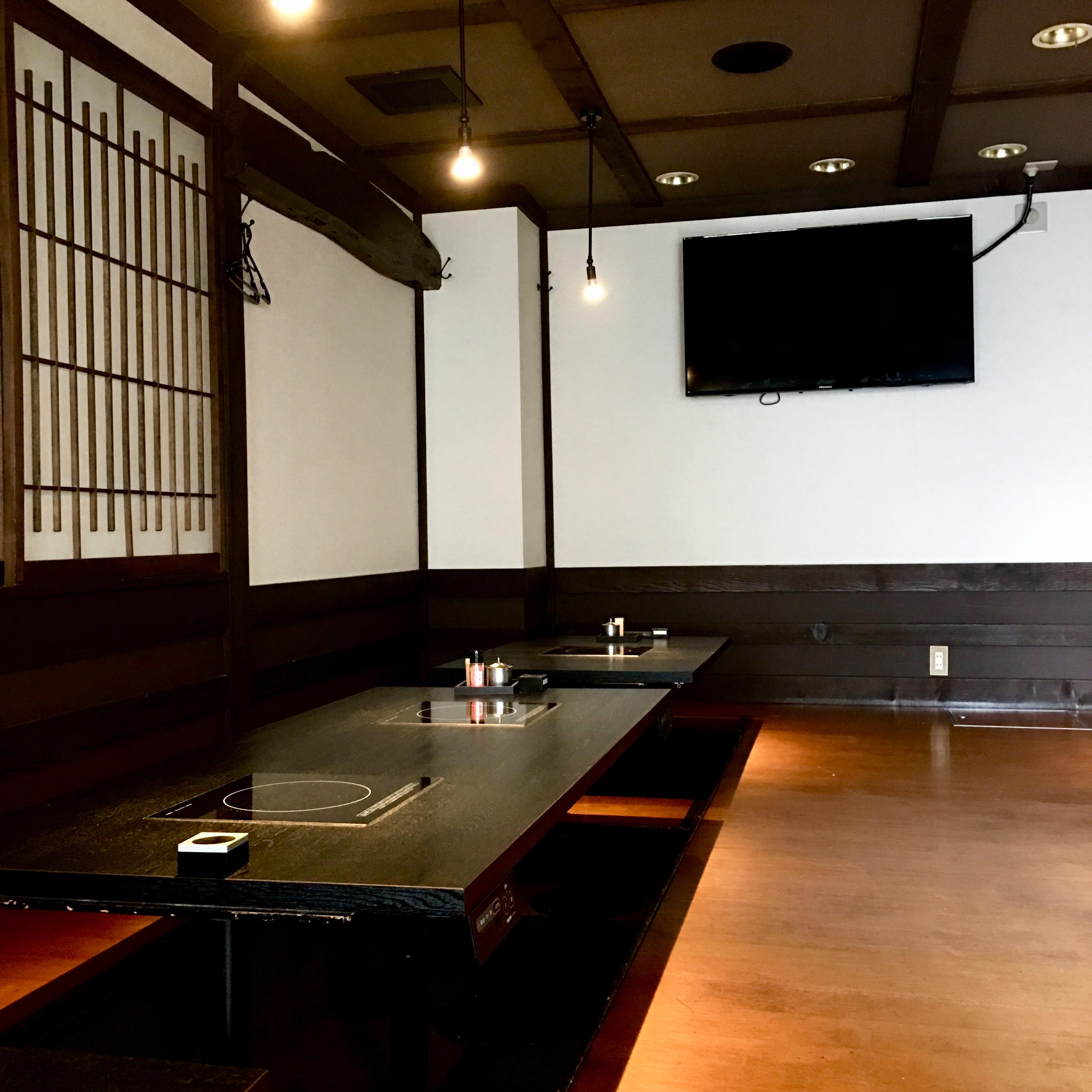 大型テレビ付きの大広間
