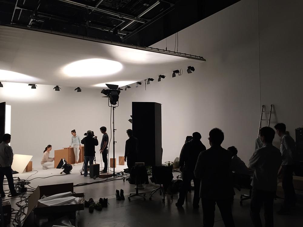 スタジオの白ホリゾントを使って撮影