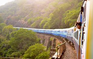 train-947323_1920-min.jpg