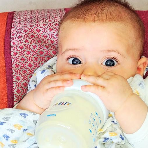 Comment donner son lait tiré à bébé?