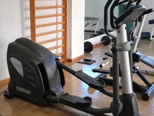 Compra de tres nuevas máquinas para el gimnasio.