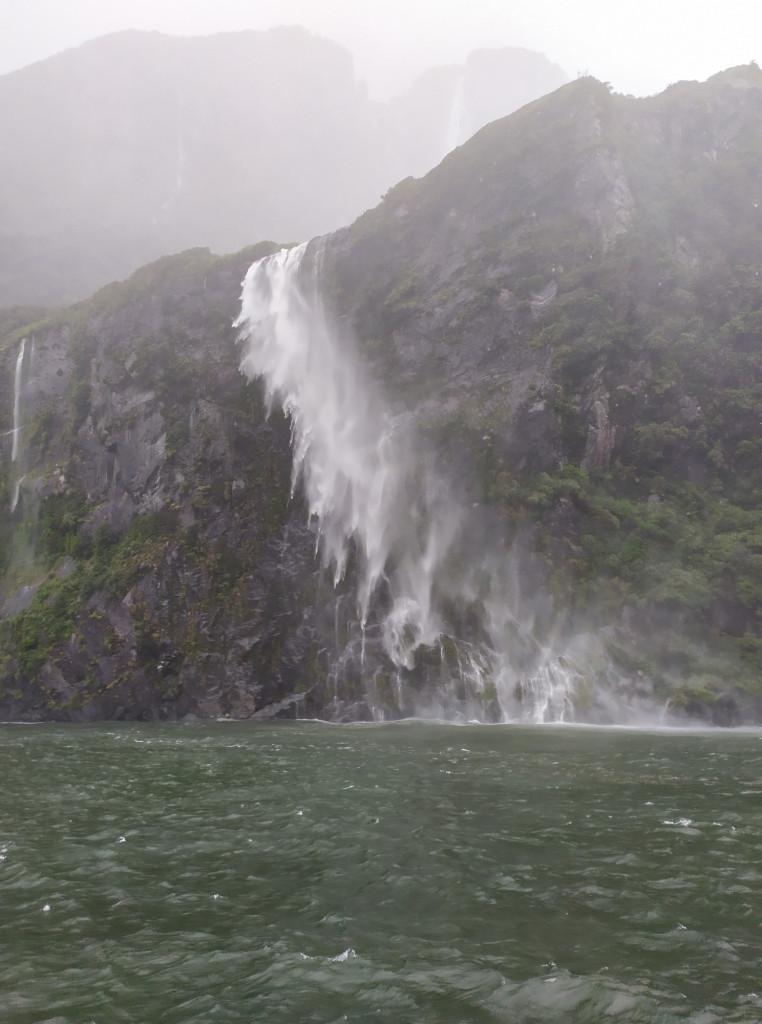 Cascate nell'acqua a Miilfor Sound, Isola del Sud, Nuova Zelanda. PH Gian Marco S.