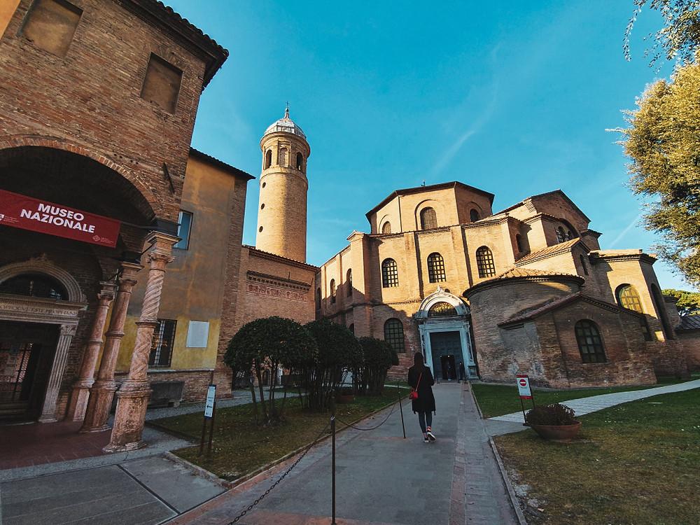 Entrata della Basilica di San Vitale. A Sinistra , entrata al museo nazionale di Ravenna.