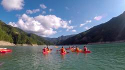 Foto di gruppo alla Diga di Ridracoli, attraversando lo specchio d'acqua in canoa @gajjey