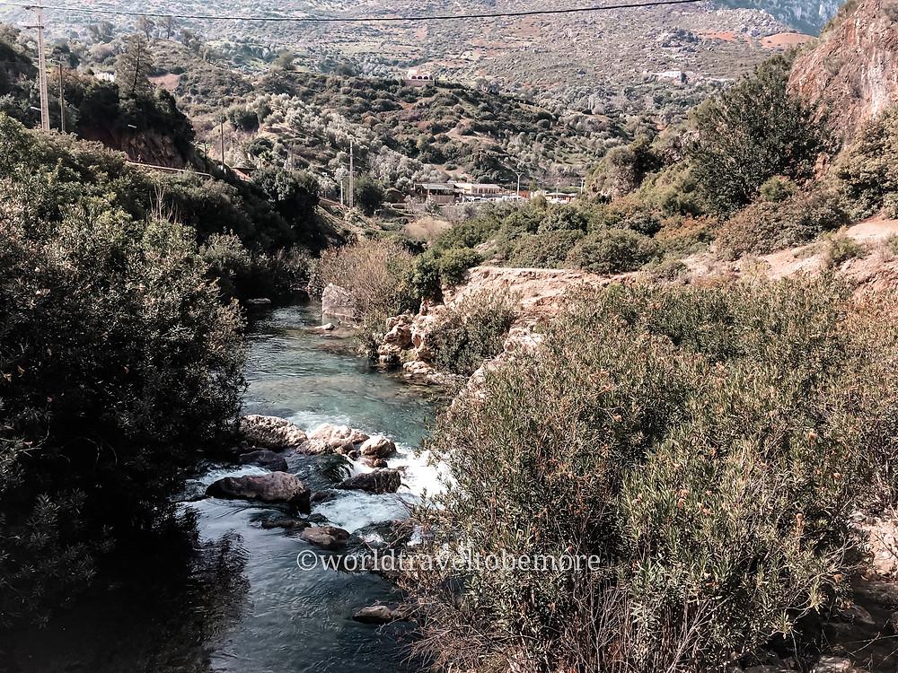 Chefchaouen in un giorno: la città blu del Marocco è anche natura! Leggi i consigli per il trekking alle cascate di Akchour e al ponte di Dio. Fotografia scattata durante il trekking, sotto di noi il fiume. Worldtraveltobemore.com