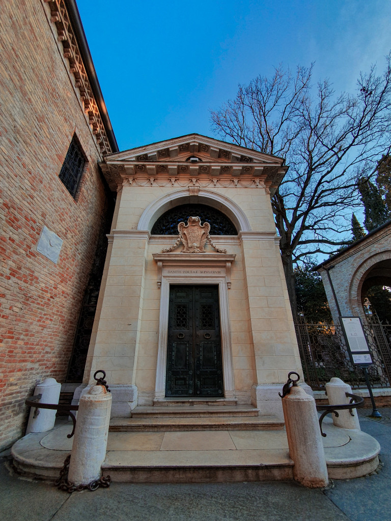 Tomba monumento al poeta Dante Alighieri, Ravenna.
