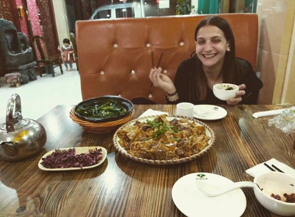 Amelia intenta a fare una delle cose più belle del mondo: mangiare in un ristorante tipico.