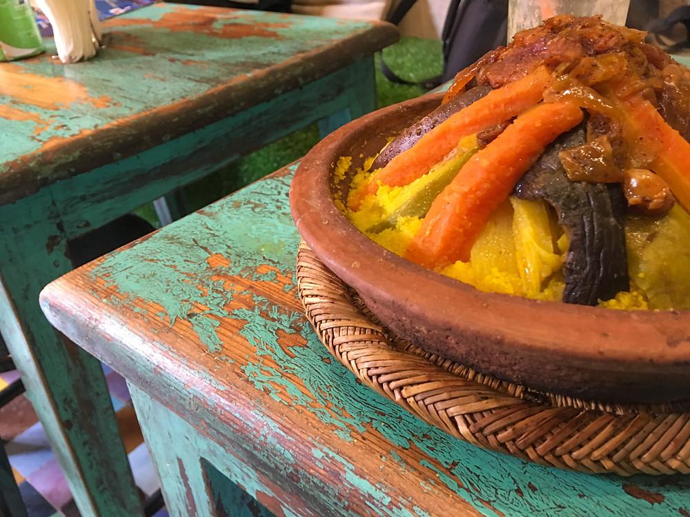 In foto cous cous con verdure su un tavolo legno appena rovinato. Marrakech.