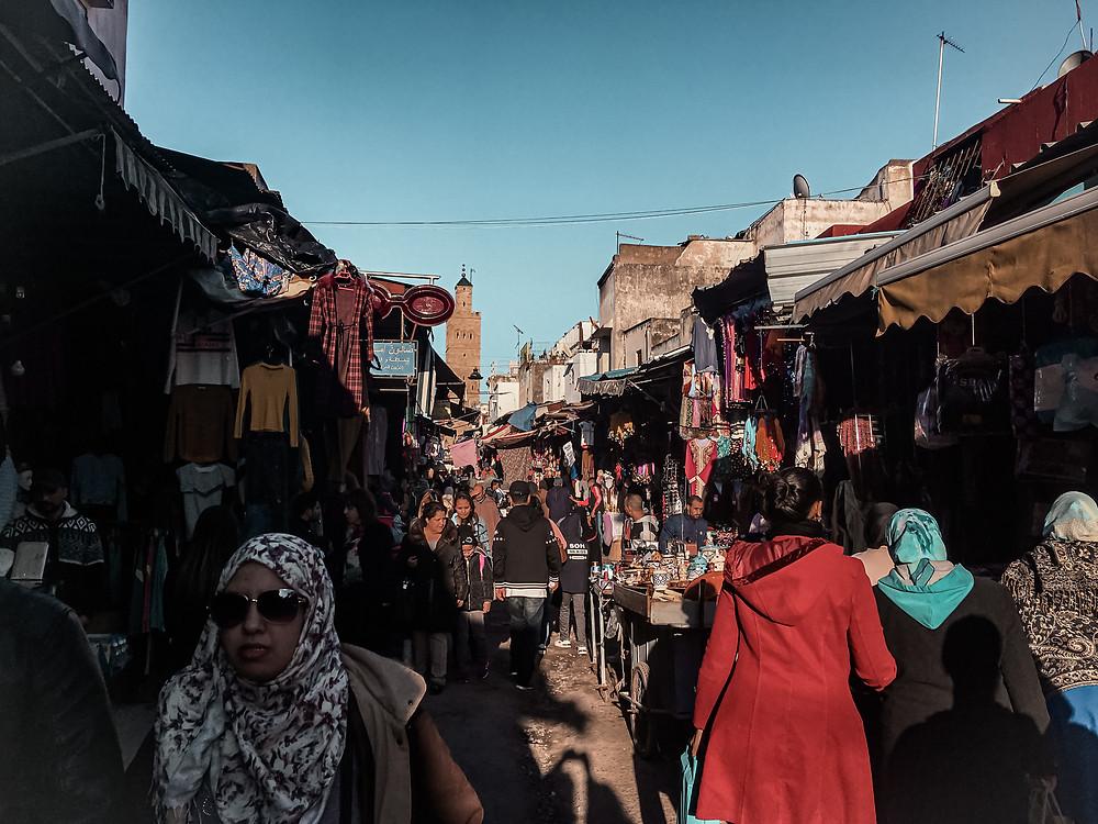 Mercato e bancarelle con persone che passeggiano in marocco