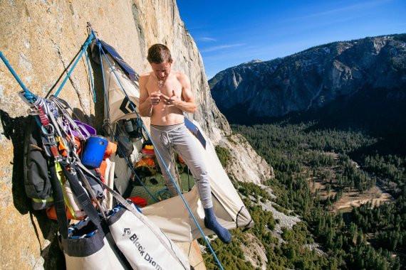 Tommy Caldwell in riposo nella sua tenda sospesa a El Capitan.