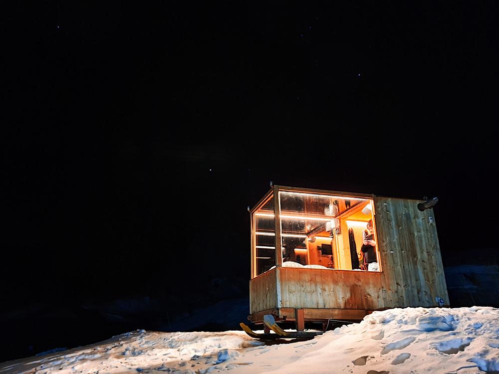 Starlight room Dolomites, Veneto, Italia. Gennaio 2020. Notte fonda, la stanza di vetro illuminata sotto ad un cielo stellato, in mezzo alle piste innevate che corrono attorno alle Dolomiti.