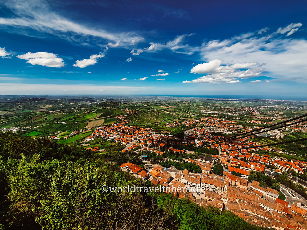 La Repubblica di San Marino vista dal fianco della funivia.