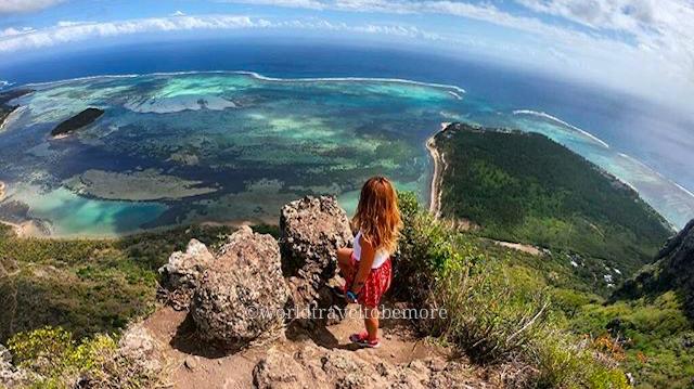 Dalla vetta del Monte Le Morne, nella Repubblica di Mauritius, ammiro il paesaggio e le sfumature de