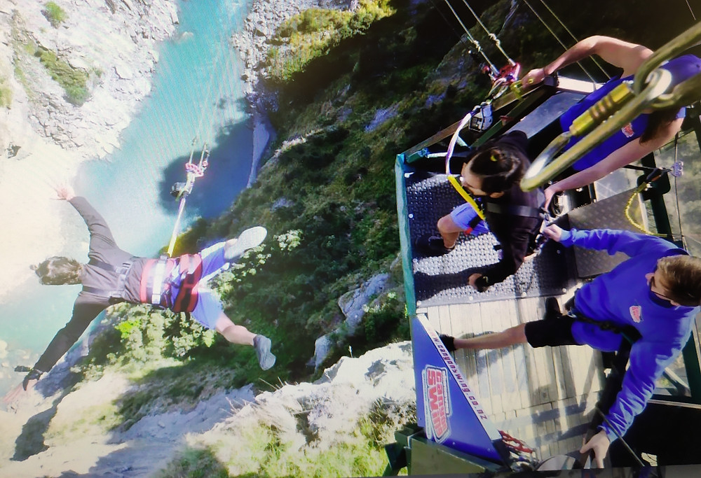 Salto in bungee jumping a Shotover River, Queenstown, Isola del Sud, Nuova Zelanda.