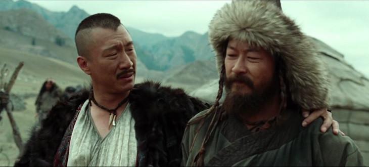 Scena del film Mongol, il protagonista ed un suo nemico a braccetto