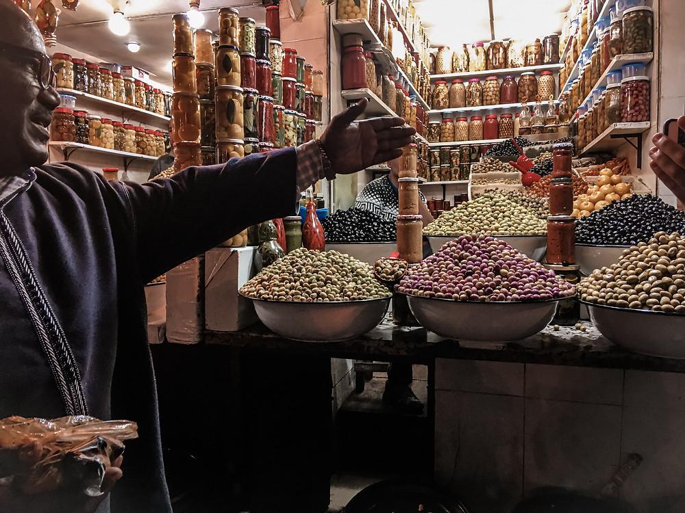 La nostra gentilissima guida durante un tour che troverete citato tra poco. Olive e conserve, degustazione locale. Foto di @gajjey