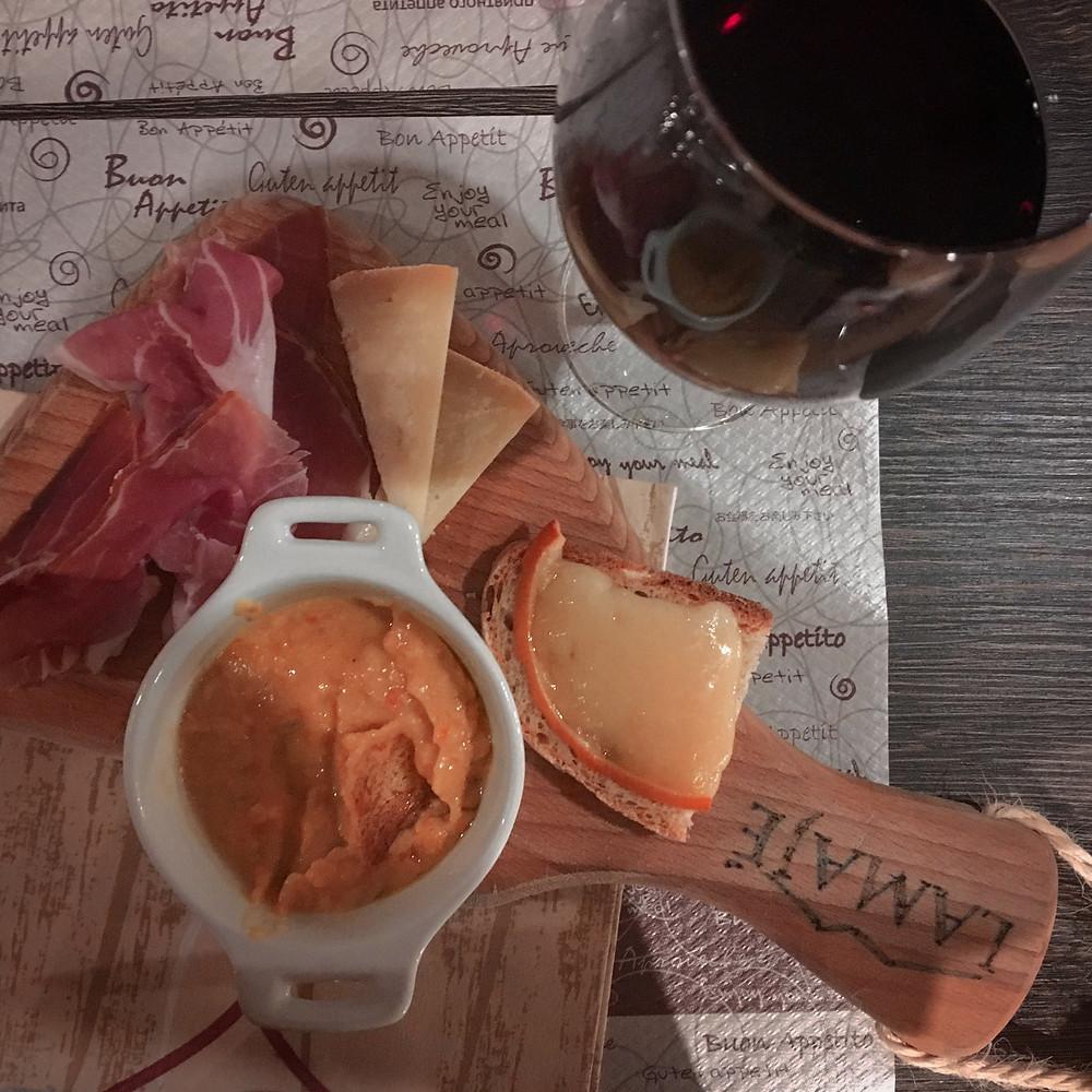 Tagliere con formaggi e prodotti tipici di Pescara. Aperitivo al Lamaje'