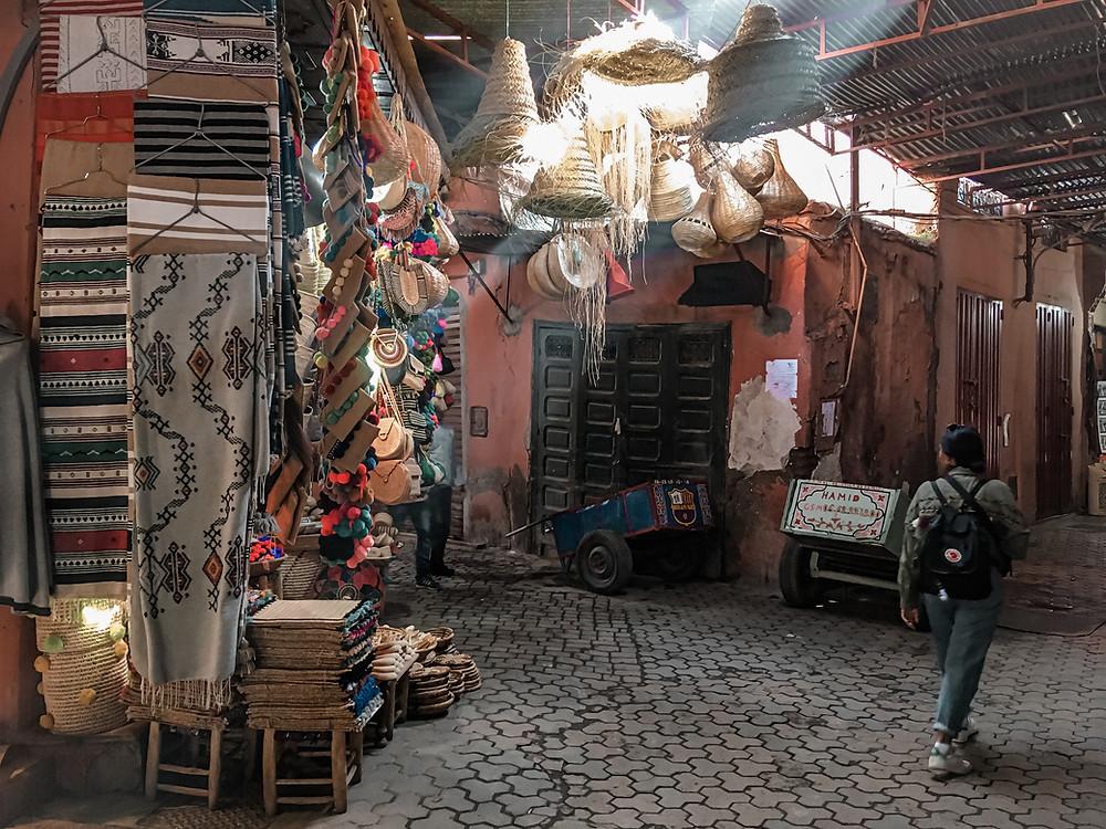 La mia compagna di viaggio cammina in un suk marocchino a marrakech
