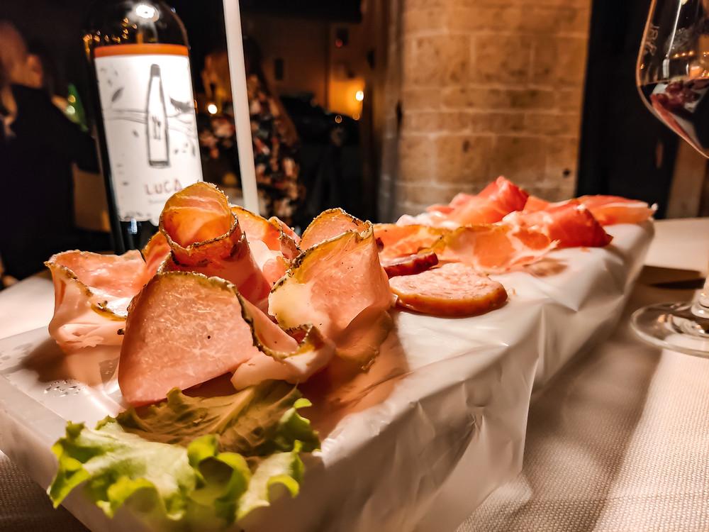 Cena in Piazza del Popolo ad Orvieto, la battilarda in foto presenta un misto di affettati di cui molti locali Umbri.