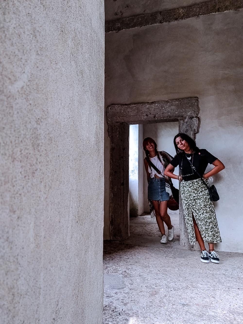 Autoscatto dentro la Casa Pendente al Sacro Bosco, dimostrazione di come l'edificio sia storto.