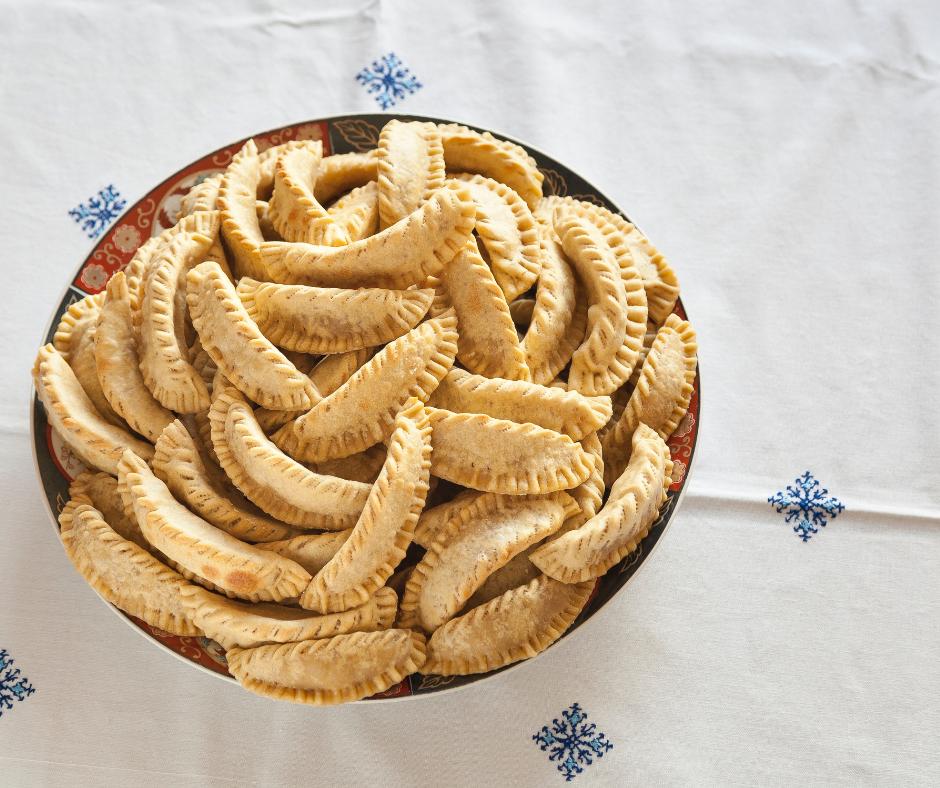 I Corna di Gazzella, dolce tipico magrebino, chiusi con i rebbi di una forchetta. Immagine presa dal web