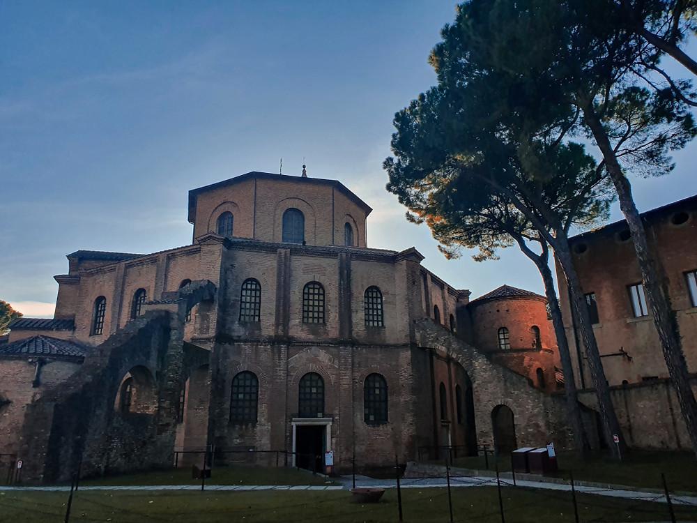 Facciata esterna posteriore della Basilica di San Vitale, vista dal Mauseleo di Galla Placidia.