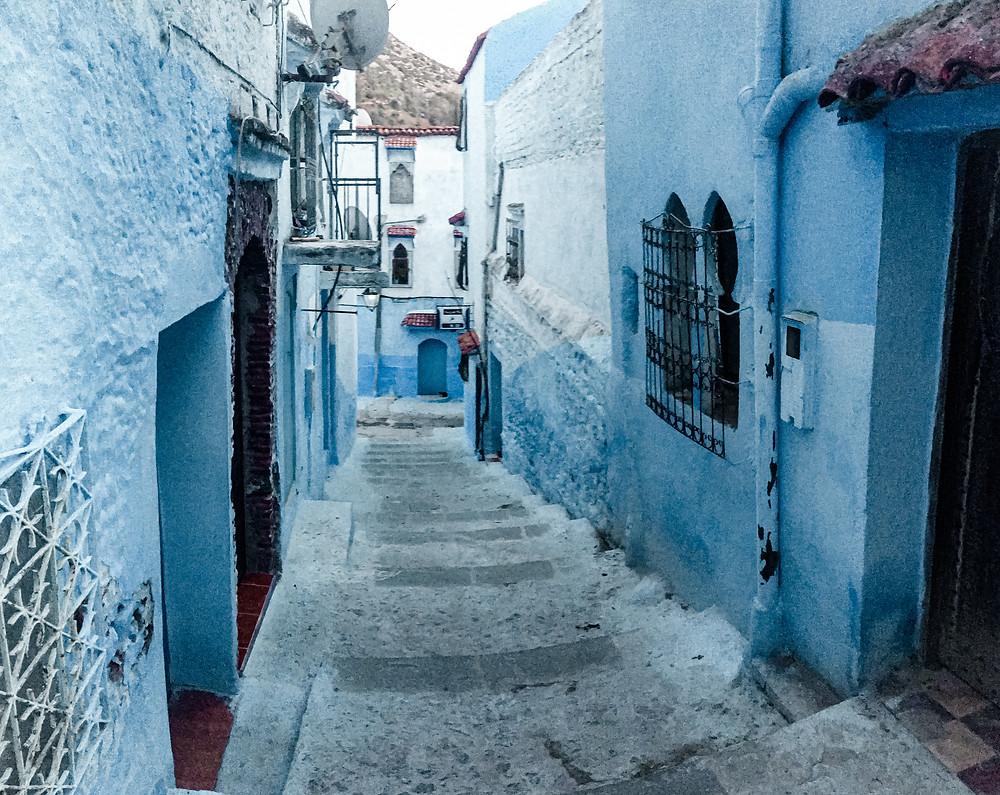 Chefchaouen in un giorno, la perla blu del Marocco. Uno dei tanti viottoli azzurri. Ph @gajjey | Worldtraveltobemore