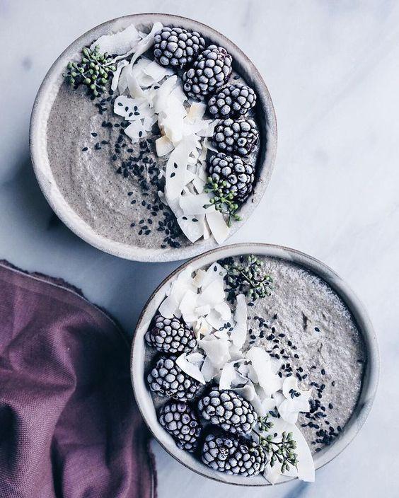 Bowl di frutta sui colori del grigio e del nero. Immagine presa dal web