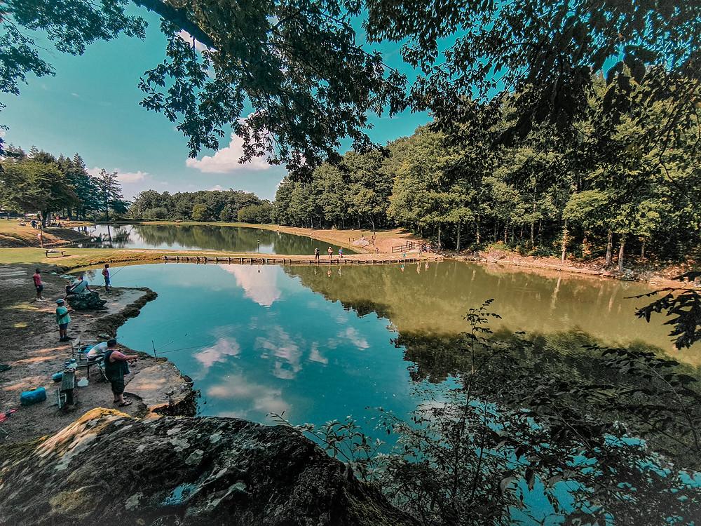 Panoramica su Lago Lungo da un lato del villaggio, in una giornata di fine estate 2020 con cielo sereno. Relax e natura.