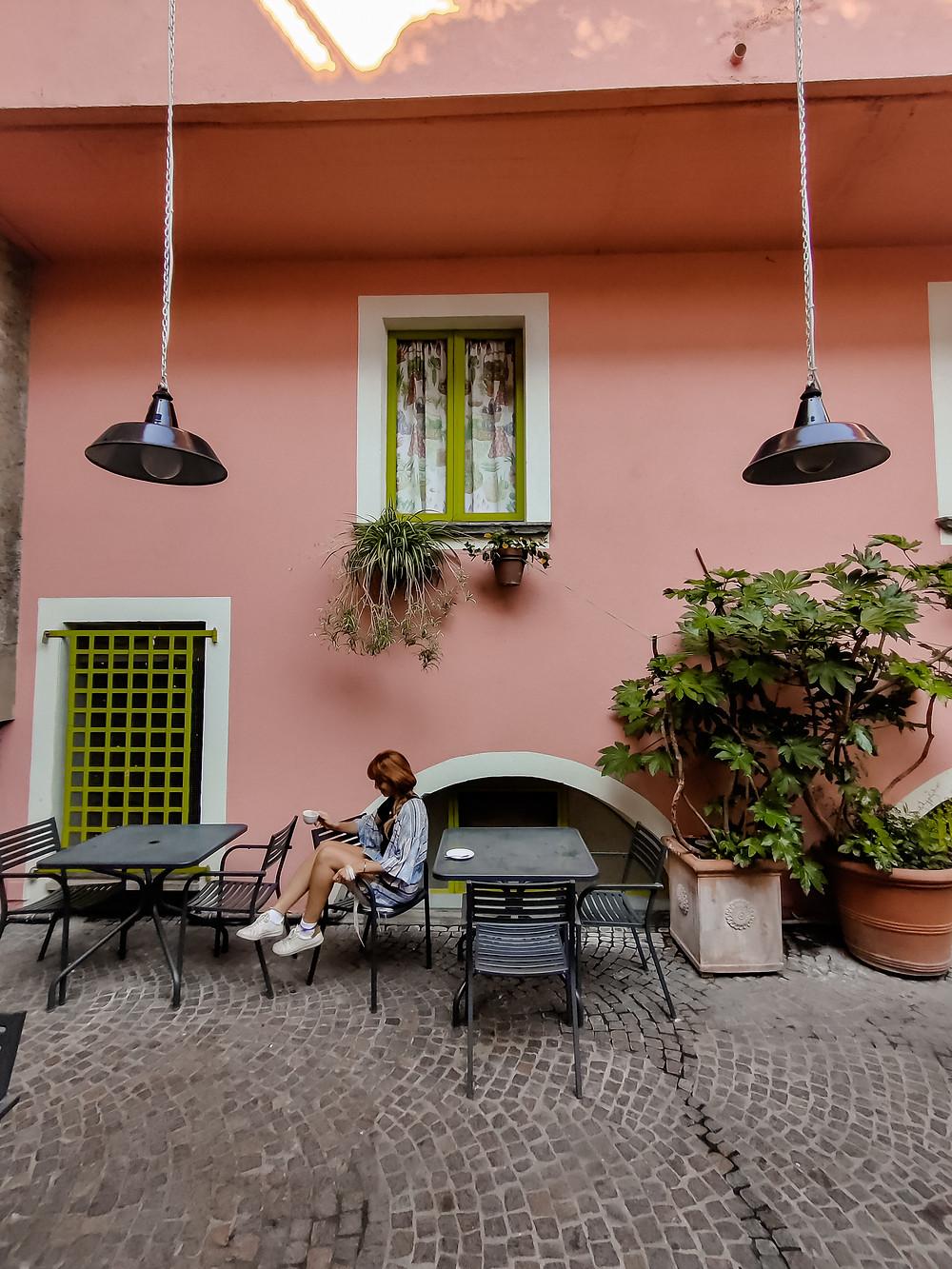 Il Caffè presenta anche una parte esterna in cui poter consumare...decisamente pittoresca!