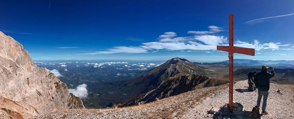 Panoramica dalla vetta. 2494 metri, Monte Aquila, Gran Sasso, Abruzzo, Italia.