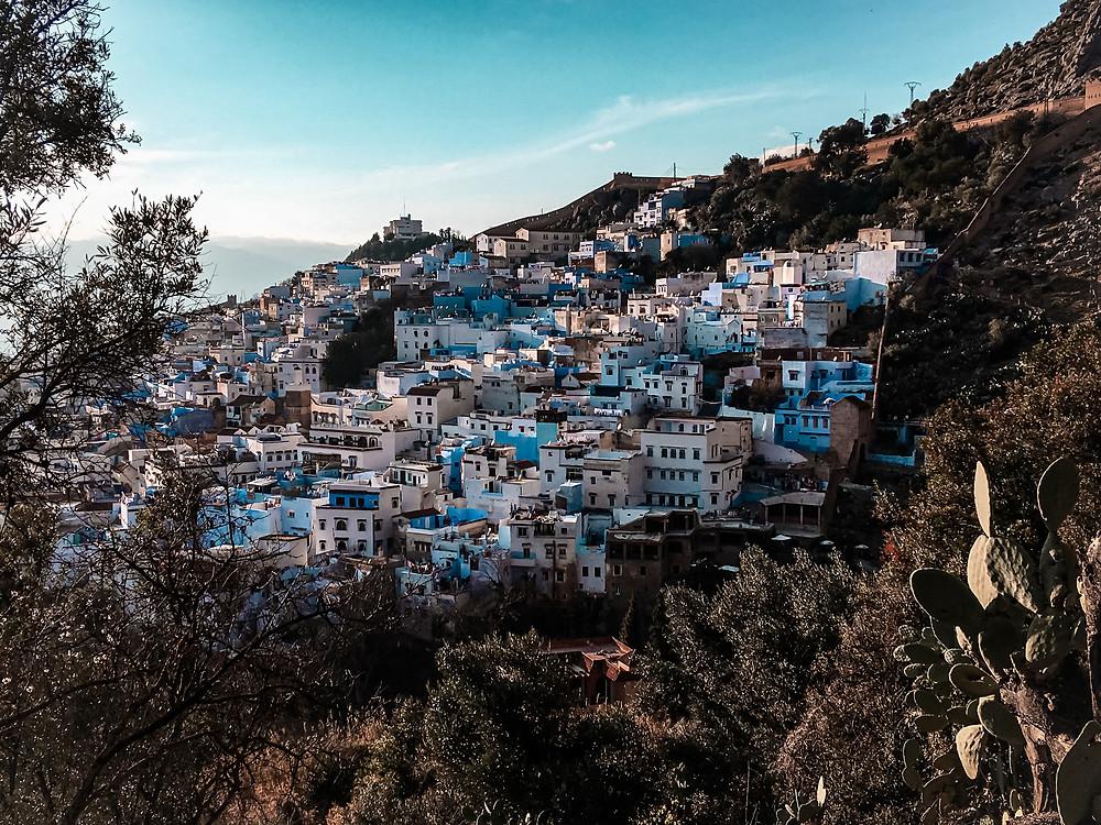 Chefchaouen è conosciuta anche come la Perla blu del Marocco. Ecco uno scatto della città tra le montagne. World travel to be more | @gajjey