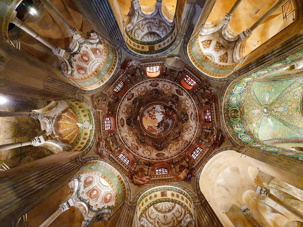 nterno della Basilica di San Vitale, patrimonio dell'umanità.  Ravenna.
