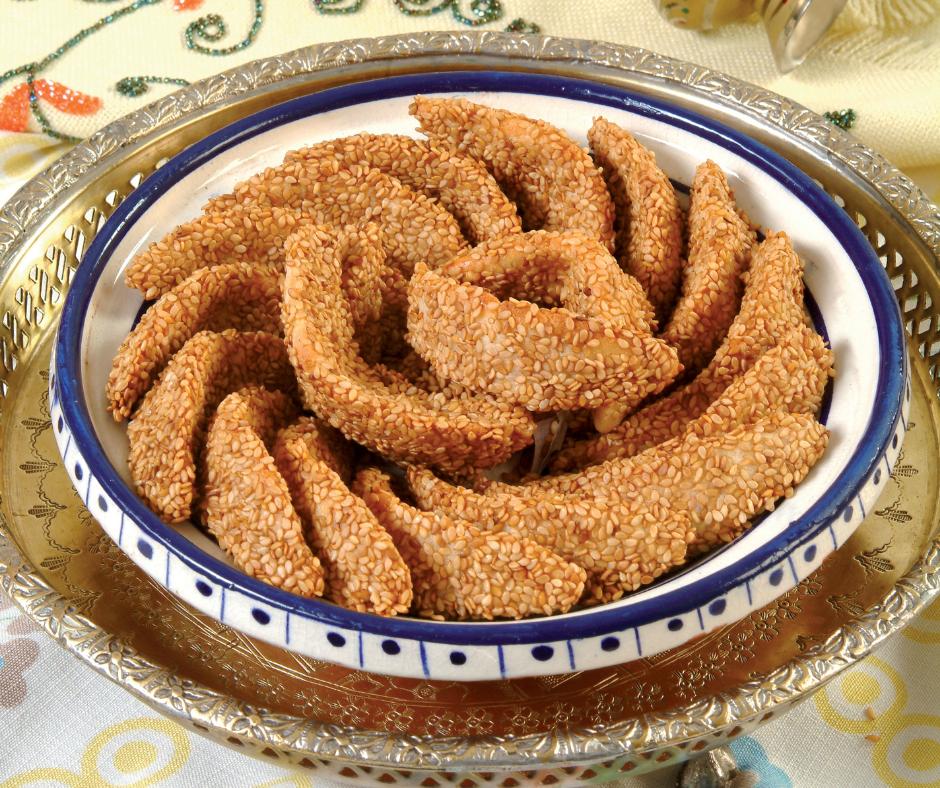 Corna di Gazzella ricoperti di semi di sesamo in un piatto. La ricetta su worldtraveltobemore.com