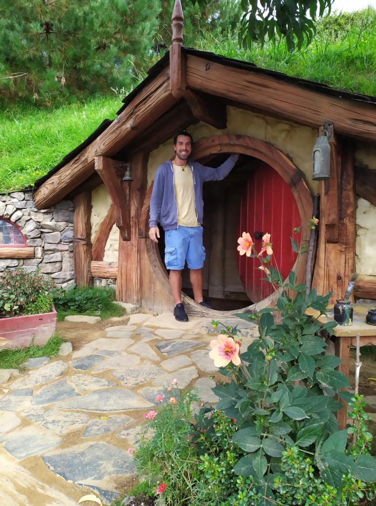 Gian Marco davanti al portone di una delle case del Movie Set ad Hobbiton, Nuova Zelanda. PH Gian Marco S.