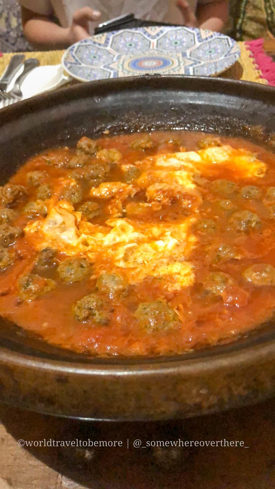 Durante il viaggio di una settimana in marocco è bene assaggiare la cucina locale, come la tajine di kefta