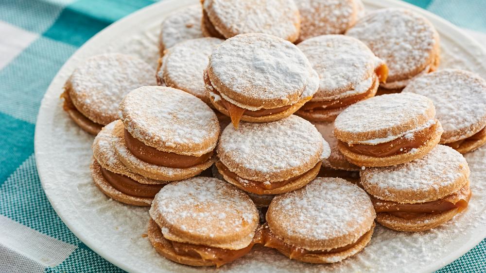 Un piatto pieno di biscotti soffici a forma di bacio di dama, ripieni di crema al latte. Immagine presa dal web. Leggi l'articolo su www.worldtraveltobemore.com