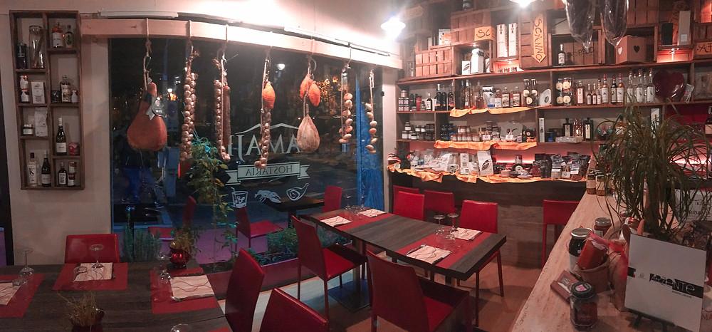 Entrata del ristorante Lamajè a Pescara. In vetrina affettati e salumi appesi.
