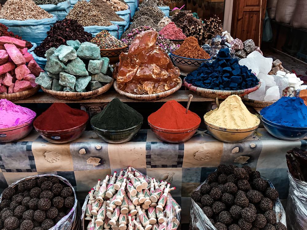 Fotografia di spezie ed erbe in piazza delle erbe a Marrakech. www.worldtraveltobemore.com