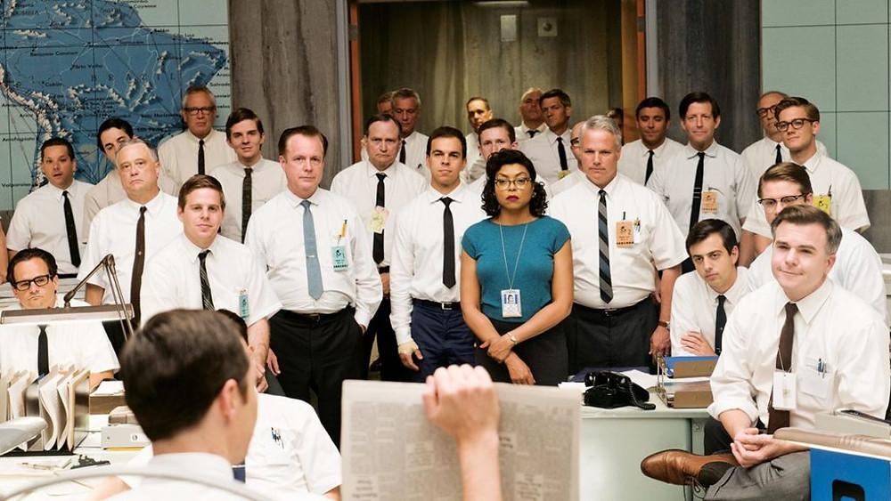 Scena dal film Il diritto di contare. Una delle protagoniste durante una riunione nello staff composto da soli uomini.