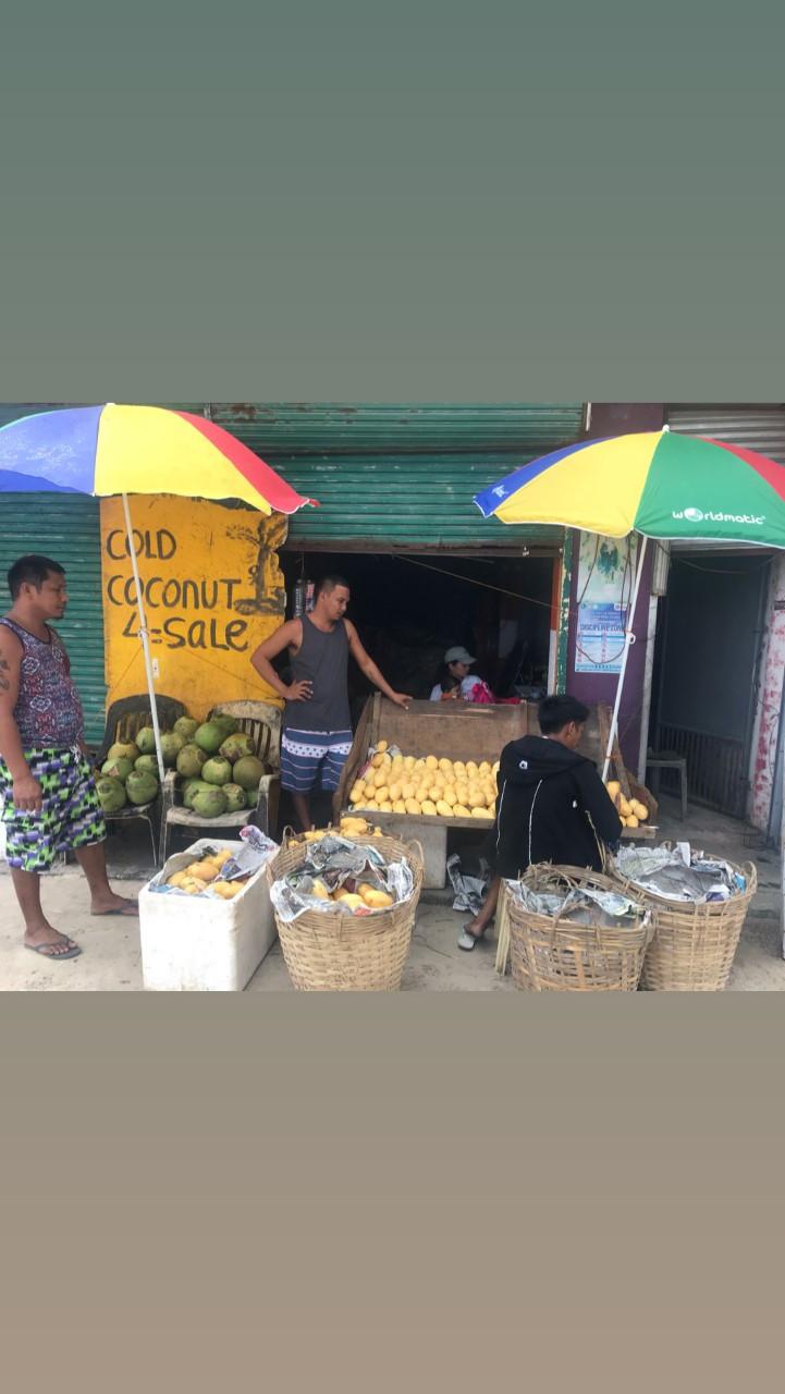 Classico ma sempre toccante, mercatino di strada tipico locale, In questo scatto la bancarella della frutta fresca con tanto di cocchi freschi in vendita, siamo sempre alle Filippine!